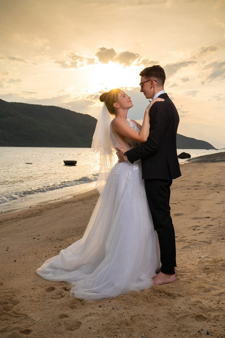 nvb-wedding-couple-seashore-everning